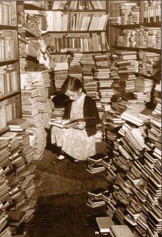 A young girl reading in a cluttered corner of Foyles bookshop, London. (Photo by Chris Ware/Getty Images) Reading Art, Girl Reading, Vintage Photographs, Vintage Photos, Antique Photos, Old Pictures, Old Photos, Little Girl Lost, Labyrinth
