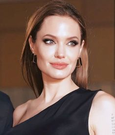 This article is about the hollywood celebrity Angelina Jolie: Here you can findout the complete biography (age, Height, family, career and etc) of her. Angelina Jolie Biography, Angelina Jolie Images, Hollywood Fashion, Hollywood Actor, Hollywood Celebrities, Jenny Shimizu, Hollywood Pictures, Most Beautiful, Beautiful Women