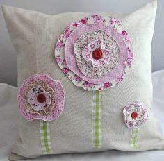 almohadon con flores de telas