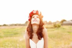Zu flatternden Hippiekleidern passt im Sommer ein romantischer Blumenkranz für die Haare. Sieh hier, wie man das duftende Accessoire selber machen kann! http://www.erdbeerlounge.de/frisuren/haarstyling/blumenkranz-fuer-die-haare-diy-tutorial/