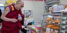 ダライ・ラマ14世がコンビニで買い物していてうれしそう|The Huffington Post