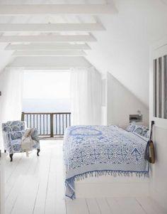 26af21b6f389 Tout en blanc hormis quelques motifs bleus d inspiration faïence, cette  chambre largement ouverte