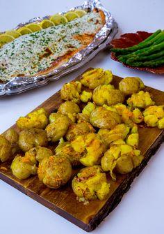 Kraschad potatis är urläckert och ett av mina absoluta favorittillbehör vid maten. Passar att serveras vid allt! Jag testade att ha lite saffran i vitlökssmöret och penslade potatisarna gyllene. Det blev så himla smarrigt. Jag serverade mina saffranspotatisar med lax. SMARR!!! Recept på laxen hittar du HÄR! 4 portioner kraschad potatis i ugn 12 potatisar 100 g smör (1 dl olivolja funkar också bra) 2 vitlöksklyftor 0,5 g saffran Salt & peppar Gör såhär: Koka potatisarna mjuka med skal, låt... Zeina, Fodmap, Food Inspiration, Food And Drink, Pasta, Lunch, Cooking, Ethnic Recipes, Prom Dresses