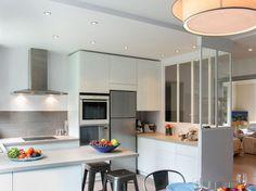 La verrière investit les intérieurs. A raison. Elle permet d'isoler sans cloisonner et de donner un aspect distingué à une cuisine banale. Découvrez des exemples qui habillent la cuisine.