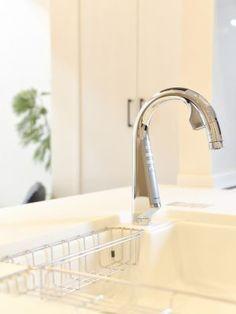 魅せるグースネック水栓。おしゃれだけでなく、センサー機能付きで、ハンバーグをこねた手で水栓を汚すこともありません。#キッチン #水栓 #設計 #自由設計 #注文住宅 #デザイン住宅 #工務店 #タチ基ホーム #名古屋 #愛知 Sink, Home Decor, Sink Tops, Vessel Sink, Decoration Home, Room Decor, Vanity Basin, Sinks, Countertop