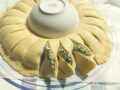 Sunny Spinach Pie When you're hosting a party, you want to surprise your guests with something out of the ordinary and extra special. This sunny spinach pie recipe will delight your guests and have them begging Recipes Appetizers And Snacks, Appetizers For Party, Veggie Recipes, Sunny Spinach Pie Recipe, Healthy Eating Recipes, Cooking Recipes, Creative Snacks, Filling Food, Good Food