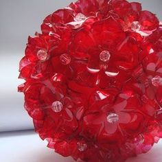 DIY this in Little Flowers Covered Ball Ornament from Recycled Plastic Bottles! Plastic Bottle Caps, Plastic Bottle Flowers, Reuse Plastic Bottles, Plastic Art, Recycled Bottles, Recycled Crafts, Diy And Crafts, Christmas Crafts, Christmas Decorations