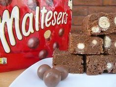 Easy Biscuit Recipe - Chocolate Malteser Tray Bake Cake could use as nice cheese cake base too Chocolate Malteser Cake, Chocolate Biscuit Cake, Maltese Chocolate, Malteaser Cake, Malteser Slice, Köstliche Desserts, Delicious Desserts, Gourmet, Side Dishes