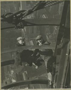 Lewis Hine captured weird Empire State Building photos under construction in Have a look at these 20 famous empire state building workers photos. Empire State Building, Old Pictures, Old Photos, Vintage Photographs, Vintage Photos, Vintage Ads, Monuments, Photo New York, Epic Photos