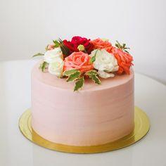 Торт, украшенный живыми цветами, на юбилей для мамы. Внутри нежные влажные шоколадные коржи на зерновом кофе, укутанные в сливочно - сырный крем, с прослойкой вишневого мармелада. Автор instagram.com/zucker63