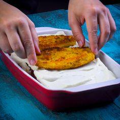 Lasaña de pollo empanizado - O que tem para o jantar? Meat Recipes, Chicken Recipes, Cooking Recipes, Healthy Recipes, Deli Food, Tasty, Yummy Food, Kitchen Recipes, Easy Cooking