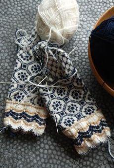 Knitting Patterns Mittens U N D I I N handmade by Kristi Everst Mittens Pattern, Knit Mittens, Knitted Gloves, Knitting Socks, Hand Knitting, Knitting Patterns, Wrist Warmers, How To Purl Knit, Fair Isle Knitting