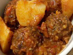 מתכון כדורי בשר ותפוחי אדמה ברוטב עגבניות, תבשיל כדורי בשר בקר עם תפוחי אדמה ופלפלים ברוטב עגבניות