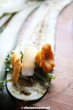 SILLÄ SIPULI: Kesäkurpitsakääröt sienitäytteellä