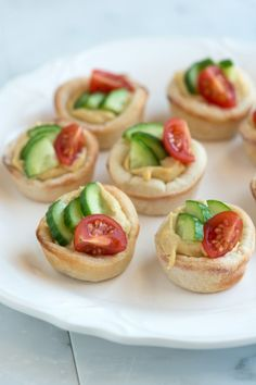 Hummus Cups with Cucumber & Tomato ~ Ingredients: 1 oz) roll Pillsbury Classic Pizza Crust (Substitute 12 ounces of refrigerated pizza dough), cup hummus, cup diced cucumber, 5 cherry tomatoes quartered, teaspoon salt. Snacks Für Party, Appetizers For Party, Appetizer Recipes, Appetizer Ideas, Tomato Appetizers, Think Food, Love Food, Fingers Food, Pizza Cups