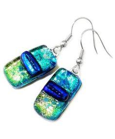 Handgemaakte oorbellen van divers groen en blauw dichroide glas!