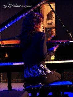 Foto de espaldas de Carmen París mientras tocaba el piano