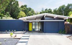 HOW TO CHOOSE EXTERIOR PAINT COLORS for your mid-century inspired home Exterior Paint Colors, Exterior House Colors, Modern Exterior, Exterior Design, Eichler Haus, Mid Century Exterior, Interior Design Portfolios, Karen, Mid Century House