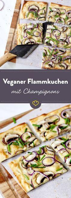 Vegane Schleckermäuler kommen bei diesem knusprigen Flammkuchen mit cremigem Mandelschmand, Champignons und roten Zwiebeln voll auf ihre Kosten.