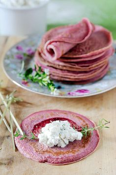 Des crêpes roses! Superbe idée qu'on peut adapter à sa propre recette de crêpe à laquelle on ajoute de la purée de betterave.