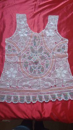 Camiseta em renda renascença branca com detalhes coloridos!
