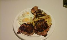 Lomo con bacon asados, papas, batatas y huevos fritos
