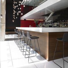 Lottus deep black barstool in the bar counter of the Hotel Alexandra of Barcelona  #HotelAlexandraBarcelona #hospitalitydesing