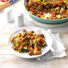 Zucchini Beef Skillet Recipe -This is a speedy summer recipe that uses up those abundant garden goodies: zucchini, tomatoes and green peppers. Beef Zucchini Recipe, Beef Skillet Recipe, Skillet Meals, Skillet Recipes, Meat Recipes, Dinner Recipes, Cooking Recipes, Dinner Ideas, Hamburger Recipes