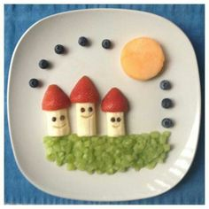 A cute fruit family! ~ Healthy snacking for kids {& adults! Cute Snacks, Snacks Für Party, Cute Food, Good Food, Fruit Snacks, Food Art For Kids, Cooking With Kids, Food Kids, Kreative Snacks