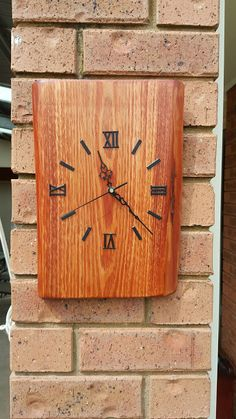 DIY wooden clock made from off cut of scrap wood. Treatment Projects Care Design home decor Wood Projects That Sell, Small Woodworking Projects, Easy Wood Projects, Diy Craft Projects, Outdoor Projects, Furniture Projects, Garden Projects, Wood Furniture, Bedroom Furniture