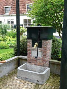 Haarlem - Het Hofje van Bakenes is te vinden aan de Bakenessergracht in het centrum van de stad, en is het oudste nog bestaande hofje in Haarlem. Het heeft 2 ingangen, die met deuren afgesloten zijn. Het hofje is gebouwd in 1395 volgens testamentaire bepalingen van koopman Dirck van Bakenes. Zijn weduwe en haar beide zoons lieten het hofje bouwen. De huidige hofjeswoningen dateren uit 't midden van de 17de eeuw. Nog steeds oud dus! Foto: G.J. Koppenaal - 1/7/2016