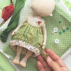 Гузель @kostynaknits , а это наш цветочек аленький. Я сегодня была конструктором модельером, вон какое платье сконструировала и сшила! Между прочим в подростковом возрасте были у меня мысли заняться именно этим ремеслом, но увы и ах, мечтам не суждено было осуществиться.#процессы