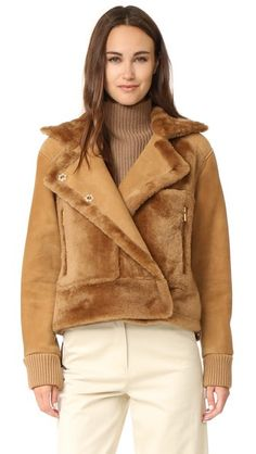 ¡Cómpralo ya!. Tibi Shearling Aviator Jacket - Bear Brown. This Tibi bomber jacket is composed of a tonal mix of suede and luxe shearling. The slouchy collar adds a relaxed touch. Hidden, off center snap placket. 4 front pockets. Ribbed cuffs. Unlined. Fur: Dyed sheep shearling, from Spain. Fabric: Suede. Shell: 100% sheepskin. Trim: 90% acrylic/10% elastane. Leather clean. Imported, China. Measurements Length: 21.75in / 55cm, from shoulder Measurements from size S. Available sizes: S,XXS…