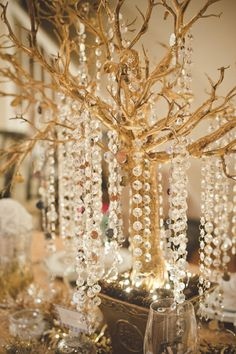 Gold Christmas home decoration - design your sparkling holiday Silver Christmas Decorations, Gold Christmas Tree, Christmas Tablescapes, Christmas Home, Holiday Tablescape, Christmas Mantles, Decoration Design, Decoration Table, Party Centerpieces