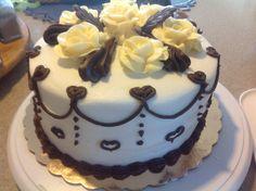 pastel de tres leches y crema chantilly decorado por fuera con butter cream