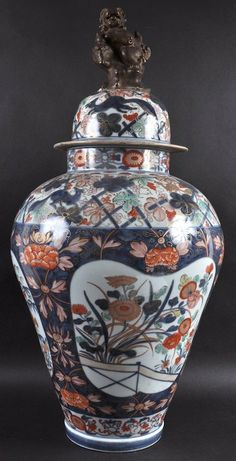 A LARGE 19TH CENTURY JAPANESE MEIJI PERIOD IMARI VASE : Lot 44