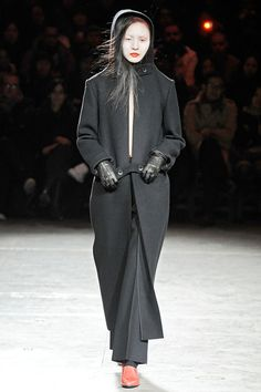 Visions of the Future // See the complete Yohji Yamamoto Fall 2009 Ready-to-Wear collection.