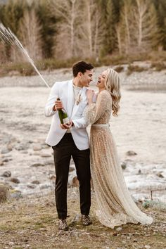 We're taking a trip to the Northwest for today's wedding inspiration. Breathtaking views and romantic touches set the scene for this intimate Mount Rainier elopement inspiration shoot. For more wedding inspiration head to rusticweddingchic.com | Photo: @sierrajessup.photo