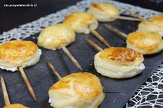 Les punyetetes de la Li: PIRULETAS DE QUESO DE CABRA Y JAMÓN YORK Quiches, Halloumi Salad, Tasty, Yummy Food, Food Decoration, Tostadas, Finger Foods, Great Recipes, Catering