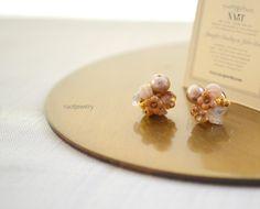 ベージュカラーのコットンパールとお花の形をしたVintageビンテージチェコビーズ(Czech Beads)天然石ピーチクォーツなどを集めたビジューピアスです...|ハンドメイド、手作り、手仕事品の通販・販売・購入ならCreema。