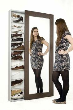 Exquisito organizador de Zapatos detrás de una escondida puerta con placa de espejo.