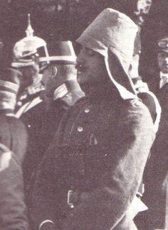 Enver Bey (henüz paşa değil) askeri ataşeyken 1911'de Almanya'da bir askeri tatbikatta. Başka hiç bir yerde görmediğim bir başlık giymiş. Dünya Savaşı'nın meşhur başlığı kabalak (Enveriye)ın ilk prototipi olmalı