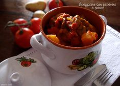 Spezzatino con peperoni e patate, gustoso e saporitissimo, un secondo piatto da leccarsi i baffi, piacerà a tutti., grandi e piccini. Chana Masala, Slow Cooker, Chili, Menu, Soup, Carne, Ethnic Recipes, Menu Board Design, Chile