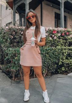 20 Spring Outfits Women With Sneakers - - And we've got you covered in the inspiration department. These 20 spring outfits women with sneakers will have you ever ever wishing for the flowers to bloom. Let's check out some trending looks. Teenage Outfits, Teen Fashion Outfits, Look Fashion, Outfits For Teens, Girl Fashion, Fashion Clothes, Fashion Ideas, Womens Fashion, Fashion Trends