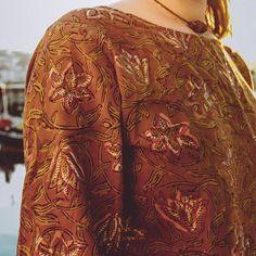 Tops con estampados indios de algodón de edición limitada, lo tienen todo papi🙌😂✌😘💓 www.tailorclothing.com 📷 @crisarbizzu India, Papi, Kimono, Velvet, Coat, Clothing, Shopping, Collection, Indian Prints