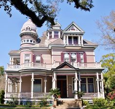 1901 Victorian Mansion in Mobile, AL (An eclectic blend Queen Anne, Colonial and Classical Revival styles. Architecture Design, Victorian Architecture, Beautiful Architecture, Beautiful Buildings, Beautiful Homes, Beautiful Places, Pink Houses, Old Houses, Victorian Style Homes
