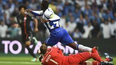 Porto 3-1 Bayern: a história em fotos - UEFA Champions League  O guarda-redes do Bayern, Manuel Neuer, derruba Jackson Martínez no lance que deu ao Porto um penalty madrugador