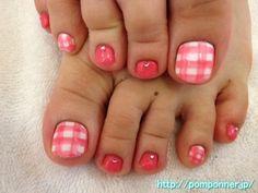 Foot of bright pink nail art gingham check    明るいピンク色のギンガムチェックフットネイル    nailsalon pomponner