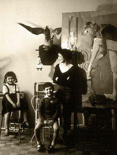 Françoise Gilot dans son studio avec Paloma et Claude, Paris, 1956