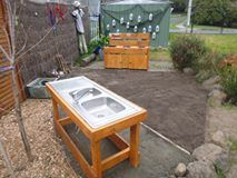 Upcycled pallets and other recycled pieces made this amazing mud kitchen for our children's playground Learning Centers, Early Learning, Community Housing, Mud Kitchen, Outdoor Tables, Outdoor Decor, Eyfs, Health And Safety, Pallets